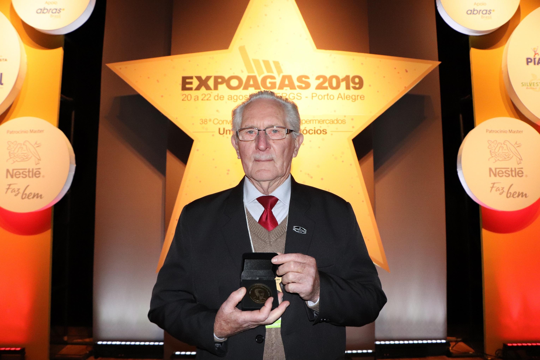 Presidente da Santa Clara recebe medalha durante a abertura da 38ª Expoagas