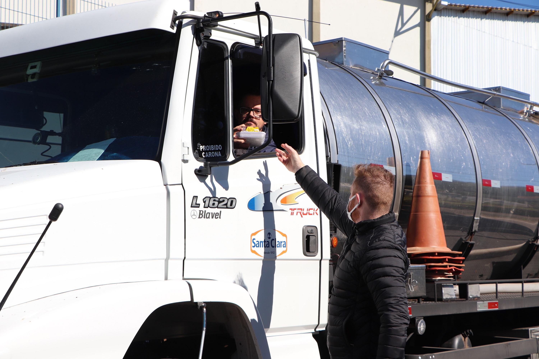 Parceira da Santa Clara distribui kit café a caminhoneiros em Carlos Barbosa
