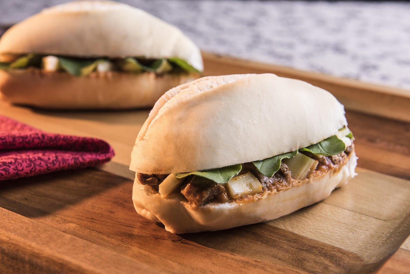 Sanduíche de Carne de Panela, Queijo Lanche e Rúcula