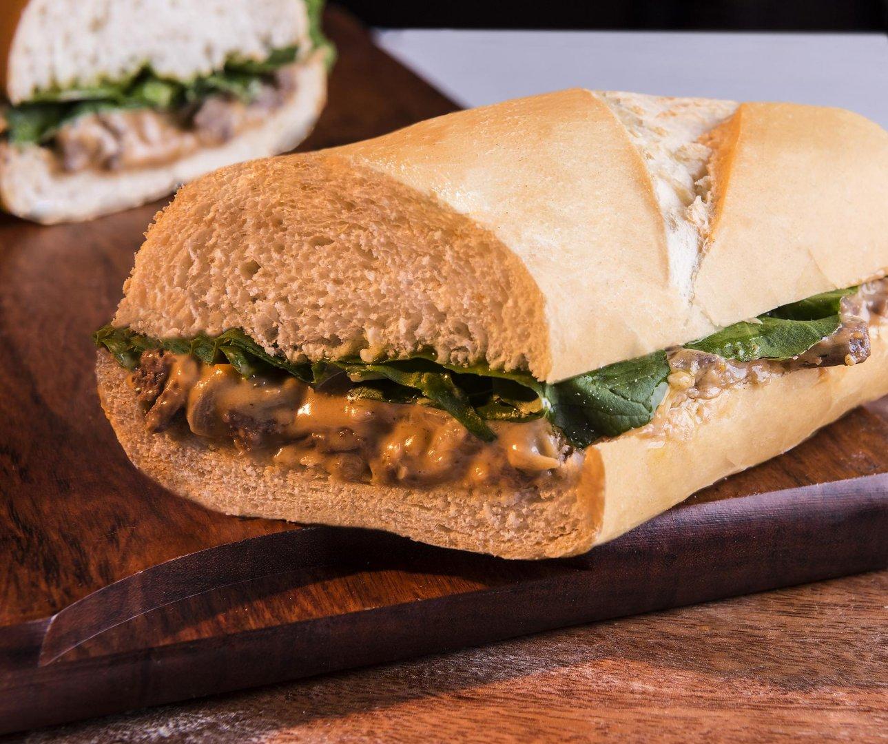 Sanduíche de Pão Baguete com Iscas ao Molho Rosé Quente