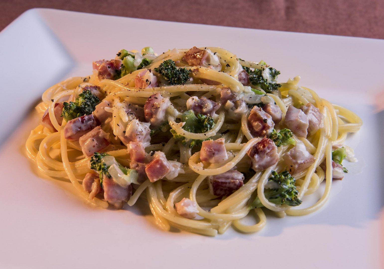 Spaghetti ao Molho 4 Queijos, Brócolis e Bacon Crocante