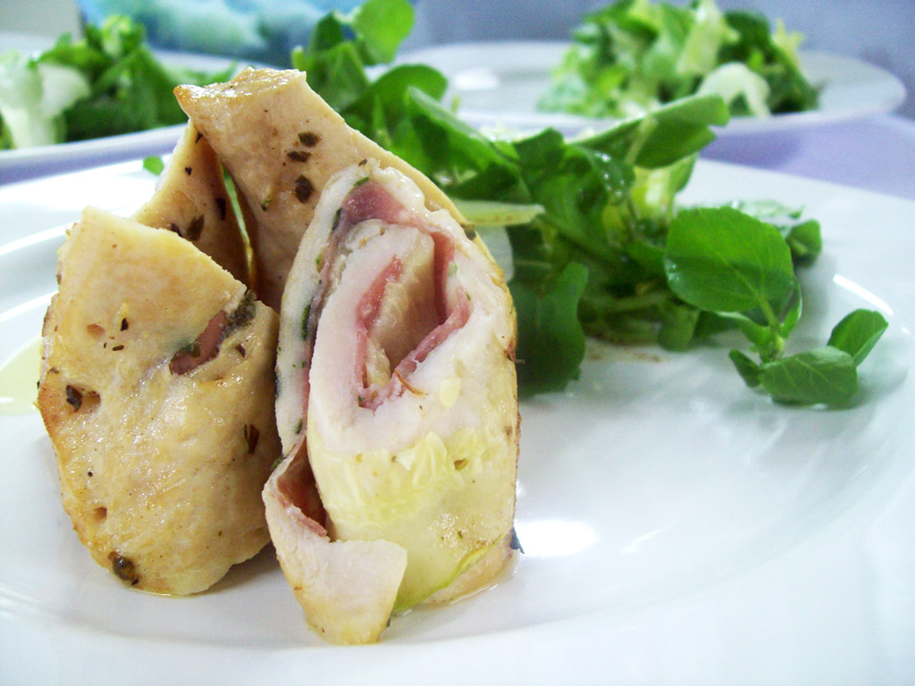 Enroladinhos de Frango, salame e queijo colonial